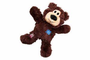 Kong Wildknots Bears medium/large is een lust voor het oog en geeft urenlang speelplezier aan je trouwe viervoeter. Het skelet bestaat uit stevig geknoopt sisal, zodat je hond zijn natuurlijke instinct zal aanspreken en heerlijk op dit sterke speeltje zal gaan kauwen.