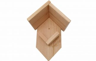 Het Pindakaashuisje is gemaakt van geïmpregneerd hout, waardoor deze duurzaam is in gebruik. Door het afdakje blijft de pindakaas extra lang goed en kunnen grotere vogels er moeilijker bij. Zeer geschikt voor vogelpindakaas Deluxe.