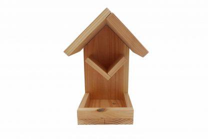 Het Pindakaashuisje met strooivoerplateau is gemaakt van geïmpregneerd hout. Het degelijke hout zorgt ervoor dat je lang kan genieten van de pindakaashouder. Geschikt voor de Vogelpindakaas Deluxe.