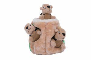 Het Outward Hound Hide-a-Squirrel hondenspel zorgt voor een mentale uitdaging! Verstopt de eekhoorns in de pluché boomstronk en laat jouw hond er naar zoeken. De eekhoorntjes zijn voorzien van leuk piepje. Daarnaast stimuleer je zelfstandig nadenken, waardoor honden meer zelfvertrouwen krijgen.
