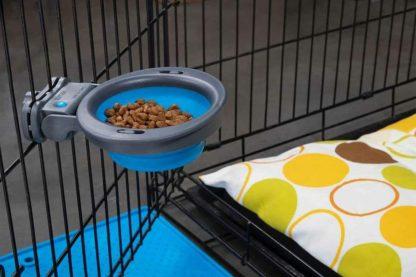 De Inklapbare siliconen drink- of voerbak kennelmodel is ideaal om mee te nemen, doordat je deze eenvoudig kan bevestigen of opbergen. Zeer geschikt om bijvoorbeeld in een reiskennel te plaatsen, zodat jouw hond de hele reis toegang heeft tot eten of voer.