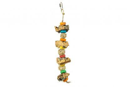 De Back Zoo Nature Corky Ball Tower is gemaakt van natuurlijke materialen zoals kurk, hout en zeegrastouw! Het perfecte speeltje voor bijvoorbeeld parkieten en dwergpapegaaien. De verschillende materialen zorgen ervoor dat jouw vogel wordt uitgedaagd en daardoor voorkom je verveling in het verblijf. Daarnaast kan je tussen de balletjes iets lekkers verstoppen, waardoor het nog leuker is voor jouw vogel om ermee te spelen!