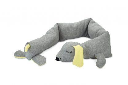 De Beeztees Puppy knuffel cosy doggy is ideaal om in de bench te plaatsen, doordat je deze langs de rand kan leggen. Zo kan jouw nieuwe pup tegen de knuffel aankruipen en daardoor comfortabel liggen en slapen. De extra lange knuffel van maar liefst 120 cm is daarnaast ook te gebruiken buiten de bench of in een hondenmand.