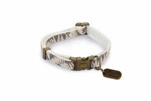 De Designed by Lotte Oribo kattenhalsband is voorzien van een stijlvolle print en veiligheidssluiting. De veiligheidssluiting gaat automatisch open wanneer deze onder druk komt te staan, waardoor jouw kat veilig kan klimmen en klauteren