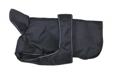 De Hondenjas Robuust waterdicht is een comfortabel, waterdichte hondenjas gemaakt van 600D nylon ribstof. De jas is voorzien van een extra hoge opstaande kraag en en heeft daarnaast beenlussen bij de achterpoten.