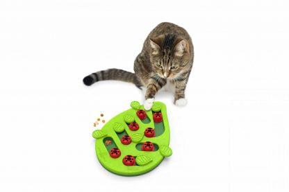 Het Nina Ottosson Puzzle & Play Buggin'Out kattendenkspel zorgt voor een echte uitdaging! Door middel van schuif- en draaibewegingen komt jouw kat bij 14 heerlijke beloningen uit. Je kan de moeilijkheidsgraad aanpassen, zodat er voor iedere kat een geschikte uitdaging is.
