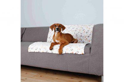 De Trixie Lingo fleecedeken is zeer geschikt om een bench of kunststof hondenmand extra comfortabel te maken. Ook geschikt voor dieren met allergieën, doordat je de deken op 60 graden kan wassen.