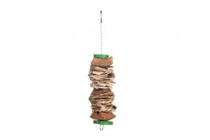 Bird Toy Upper M is gemaakt van koffiehout en bananenblad. Verder heeft dit speeltje een ketting, voorzien van een karabijnhaak om op te hangen in de kooi, of voliére. Dit natuurlijke speelgoed biedt je vogel urenlang speelplezier en gaat het verveling in de kooi tegen.