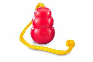 De Kong Classic met touw is zeer geschikt voor een apporteerspelletje of tijdens trainingen. Door het lange touw kunnen honden de Kong gemakkelijk mee nemen en is hij perfect voor een trekspelletje.