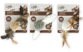 Het AFP Lamb Ball kattenspeeltje is voorzien van twee veertjes en kattenkruid. Daarnaast maakt de bal het geluid van een vogel wanneer deze beweegt, zodat katten extra getriggerd zijn. Ideaal voor een interactief spelletje tussen kat en baasje.