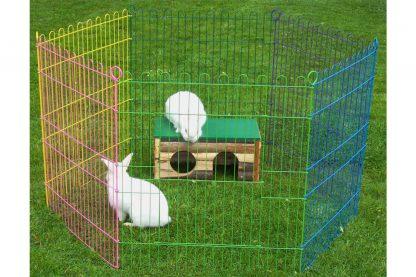 De Boony knaagdierren 6-delig gekleurd is geschikt voor zowel binnen als buiten, waardoor je jouw konijn of knaagdier meer bewegingsvrijheid kan geven! Wanneer je de ren op een harde ondergrond plaatst zoals stenen slijten de nageltjes goed! Als je de ren op het gras plaatst kan je deze extra stevig neerzetten, doordat de pinnen in de grond kunnen.