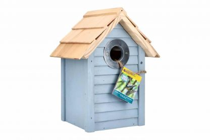 De Buzzy Birds Beach Nestkast heeft een zomerse uitstraling en een frisse kleur. De doorgang is 32 mm en daarmee is het vogelhuisje geschikt voor onder andere boomklevers, mussen en koolmeesjes.