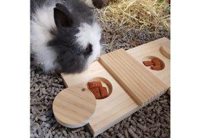 De Duvo+ Sniffle 'n snack Dan knaagdierpuzzel is gemaakt van kwaliteitshout en heeft uitsparingen, zodat je brokjes kan verstoppen. Plaats een lekkere snack in de uitsparingen van de puzzel, de leuke beloning zal je dier stimuleren om meer te spelen en te bewegen.