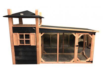 Het Kippenhok Hooiberg douglas heeft een stijlvolle uitstraling en is voorzien van leuke details, zoals zwarte sluitingen en scharnieren. Het nachthok heeft raampjes en aan de zijkant een deur, zodat je overal goed bij kan. Daarnaast zorgt het speelse dakje ervoor dat je gemakkelijk extra hooi kan opslaan, zonder dat het nat wordt.