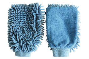 De Kerbl Microvezel poetshandschoen is voorzien van een rubberen trekkoord, zodat hij goed blijft zitten. De microvezel neemt zelfs de fijnste stofdeeltjes op, waardoor je gemakkelijk en snel jouw paard kan poetsen.