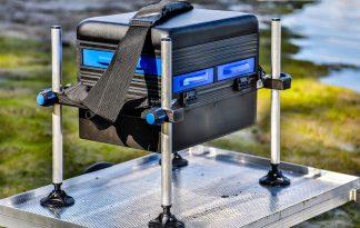De Lion Sports Seatbox Futura is voorzien van drie lades en een zacht, gevoerd kussen waar je comfortabel op kunt zitten. De zitkist is voorzien van vier modderpoten die ieder los van elkaar in te stellen zijn.