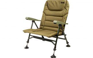 """De Lion Sports Treasure """"Low"""" Chair Armrest is een zeer comfortabele stoel die je dankzij de traploos verstelbare XL modderpoten overal stevig kunt neerzetten. Doordat deze stoel zo laag is, is hij ideaal voor een shelter of bivvy."""