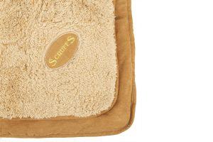 De Scruffs Cosy Blanket is ideaal voor in zowel de winter- als zomermaanden. De deken is gevuld met holle vezels en is te gebruiken aan twee zijde. De pluche binnenzijde is extra warm, zodat honden ook met de koudere dagen een comfortabel en warmplekje hebben.Je kan de deken uitwassen, waardoor je hem eenvoudig schoonhoudt.