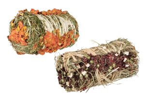 De Trixie hooibaal met groente is verkrijgbaar in twee verschillende smakelijke varianten! Verwen jouw konijn of knaagdier met pompoen met wortel of rode biet met pastinaak. Voorkom verveling in het knaagdierenverblijf en zorg voor voldoende verrijking door middel van speelgoed en knaagsnacks.