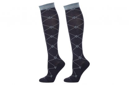 De Harry's Horse kousen ruit zijn comfortabele ruitersokken met een badstof voetbed. De sokken zijn voorzien van een chique patroon en hebben een goede pasvorm. De samenstelling van de sokken is 75% katoen, 20% nylon en 5% elastan.