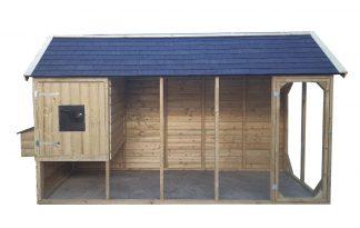 Zeer degelijk kippenhok, bestaande uit een nachthok op hoogte en een ren. Het dak van de ren en het nachthok is bedekt met bitumen golfplaten. Het kippenhok is voorzien van legbak aan de buitenzijde van het nachthok.