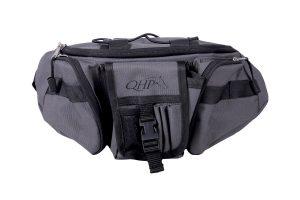 De QHP Heuptas met invlechtset heeft verschillende vakken om alle spullen die nodig zijn voor het trimmen en vlechten in op te bergen. Door de riem kun je de tas dragen tijdens het trimmen of vlechten en heb je alle items binnen handbereik. De tas is voorzien van diverse verzorgingsartikelen.