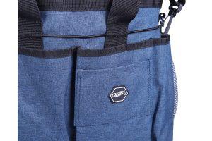 Deze QHP Poetszak is gemaakt van 300D waterafstotend materiaal. Bewaar al je poetsbenodigdheden bij elkaar in deze luxe poetszak. De afneembare schouderband geeft je de mogelijkheid om de tas te dragen of aan je schouder te hangen.