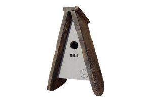 Het Vogelhuisje van gerecycled dakplaat is zeer leuk om cadeau te geven. Het vogelhuisje is namelijk voorzien van een leuke tekst zoals 'opa, oma, mama of papa'. Daarnaast is het huisje gemaakt van oude dakplaten, waardoor het geheel een zeer robuust en stoer uiterlijk heeft.