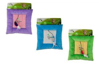De AFP Green Rush - Catnip Fun kattenspeelmatis heerlijk zacht en is voorzien van een elastiekje met een leuk speeltje! Het kussen is daarom niet alleen een plek om te ontspannen, maar ook om te spelen. De nieuwe favoriet van jouw kat!