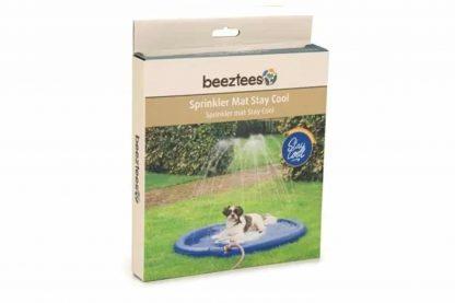 De Beeztees Sprinkler Mat Stay Cool zorgt voor verkoeling op warme zomerdagen! De grote ronde mat sluit je eenvoudig aan op een waterslang. De buitenste rand vult zich met water en door de gaatjes sproeit het water naar boven.