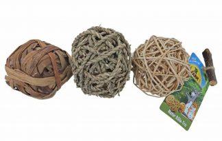 De JR Farm natuurballen zijn aan elkaar vonden door middel van een touwtje. Het uiteinde is voorzien van een lus, zodat je ketting van natuurballen ook op kan hangen in het dierenverblijf. Daag jouw knaagdier uit met drie verschillende grassen, rotan en hout.