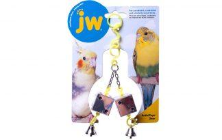 Het JW Activitoy Dice Toy vogelspeelgoed is voorzien van dobbelstenen welke weerspiegelen en voorzien van een leuk belletje onderaan. Het speelgoed zorgt voor een mentale en fysieke uitdaging en zo voorkom je verveling in het dierenverblijf. Geschikt voor onder andere parkieten en andere vogels van dit formaat.
