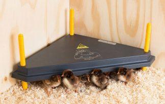 De Comfort warmhoudplaat voor kuikens driehoek is de oplossing voor iedereen die kuikens wil grootbrengen. Eenvoudig in gebruik, extra veilig en energiezuinig. Doordat het model in de hoek kan worden geplaatst is het tevens ruimtebesparend.