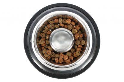 De Kerbl RVS anti-schrok voerbak zorgt ervoor dat honden langzamer eten, waardoor ze een kleinere kans hebben op verslikken of te veel eten. Daarnaast is maak je de RVS bak eenvoudig schoon, doordat deze in de vaatwasser mag. De anti-slipring aan de onderzijde houdt de bak stevig op zijn plek.