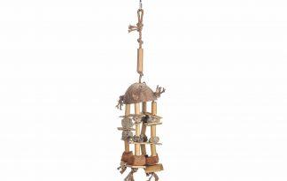 Het Bird Toy vogelspeelgoed is voorzien van verschillende elementen zoals kokosnoot, bamboe en touw. Door de verschillende elementen is het speeltje een echte uitdaging voor vogels.