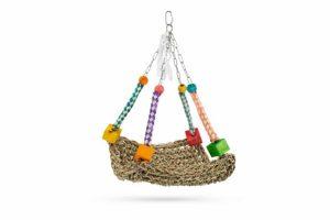 Met het Beeztees Nykie vogelspeelgoed creëer jij een fijne hangplek in het vogelverblijf. Het speeltje is gemaakt van geweven gras en vrolijk gekleurde blokjes. Jouw vogel kan op de mat zitten en spelen met het leuke flosje en de houten blokjes en kralen.