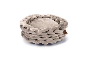 De Beeztees DBL kattenmand Ziba is gemaakt van fluwelen stof en heeft een rijke vulling. De gevlochten buitenkant zorgt voor een speels effect, maar door het materiaal heeft de mand toch een luxe uitstraling. Verwen jouw kat met deze heerlijk zacht en comfortabele mand.