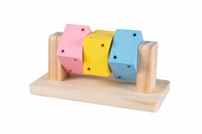 De Duvo+ draaiende houtblokjes ondersteunen een gezond gebit bij knaagdieren en konijnen. Daarnaast zorgt verrijking het verblijf dat dieren zich niet gaan vervelen en wordt natuurlijk gedrag, zoals knagen, gestimuleerd. Door te knagen behouden ze een gezond gebit. De blokjes zijn in verschillende kleuren en gemaakt van hoogwaardig kwaliteitshout en daardoor veilig voor knaagdieren en konijnen.