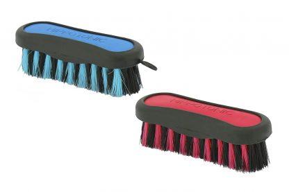 Met de hoofdborstel verwijder je eenvoudig vuil en zand van jouw paard. De haren zijn circa 4 cm lang en gemaakt van polypropyleen. Deze praktische borstel mag niet ontbreken in jouw poetskoffer!
