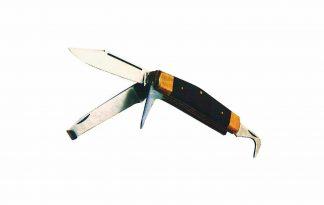 Het Ekkia multifunctioneel ruitermes is gemaakt van RVS, voorzien van een houten handvat met messing versiering. Het ruitermes bevat onder andere een hoefmes, hoevenkrabber en hoefbeitel. Door deze veelzijdige opties is het mes onmisbaar voor ruiters! Daarnaast is het een compact zakmes wat je makkelijk meeneemt.