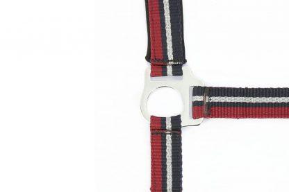 Het Ekkia Norton Brillant halster is gemaakt van dik nylon, waardoor hij extra stevig is. Daarnaast is de halster voorzien van een verstelbare neusriem en kopstuk, waardoor je hem goed passend kan maken.