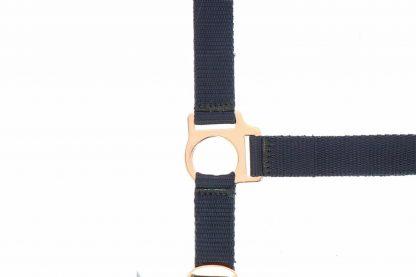 Het Ekkia Norton Rose Gold halster is gemaakt van dik nylon, waardoor hij extra stevig is. Daarnaast is de halster voorzien van een verstelbare neusriem en kopstuk, waardoor je hem eenvoudig passend maakt.