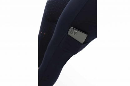 De Equi-Thème dames pull-on rijleggen Lyly geeft maximale comfort en veel bewegingsvrijheid. De broek heeft geen knopen of ritssluiting en is nauwsluitend, waardoor je bijna vergeet dat je hem aanhebt!