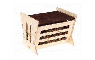 De Ferplast hooiruif 1 is geschikt voor cavia's en konijnen. Je kan het hooi eenvoudig bijvullen door het dakje aan de bovenzijde te verschuiven. Daarnaast is de hooiruif gemaakt van FSC gecertificeerd hout en daardoor is de hooiruif ook duurzaam.