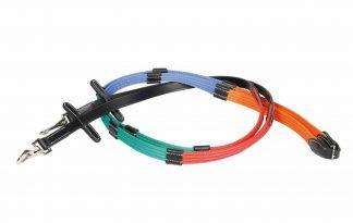 De trainingsteugels met gekleurde webband is eenvoudig te bevestigen door middel van een clipsluiting. Daarnaast is de teugel voorzien van lederen stops. Uitgevoerd in meerdere kleuren ten behoeve van de training en het verbeteren van de teugelvoering.