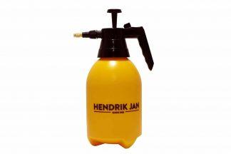 De Hendrik Jan drukspuit 2 liter is zeer geschikt voor nauwkeurig besproeien van planten. Bijvoorbeeld voor het aanpakken van ongedierte zoals luizen. Door te draaien aan de spuitmond kan je zelf bepalen of je een straal wil of fijne nevel.