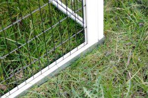 HetKerbl konijnenhok Lucky heeft een sierlijke uitstraling en heeft veel praktische mogelijkheden. Zo zijn alle vier de deuren los van elkaar te openen en is de uitschuifbare bodem van kunststof. Het verblijf heeft een ruim hok en is voorzien van een beschut nachthok.