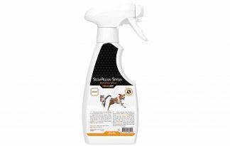 De Knock Off Binnenhuis BlijfWeg Spray voor honden en katten zorgt ervoor dat de plekken of meubelstukken die je inspuit niet langer interessant zijn voor huisdieren. Daarmee voorkom je dat bijvoorbeeld katten ongewenst binnen urineren of honden op de bank springen.