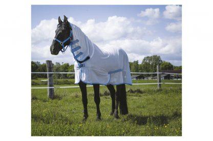 De Riding World Combo vliegendeken zorgt voor volledige bescherming bij paarden tegen insecten, zodat ze ontspannen in de wei staan. De vliegendeken heeft een vaste hals met drie klittenbanden en daarnaast een elastische lus om aan het halster te bevestigen.