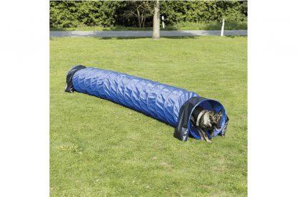 De Trixie Fun Agility Basic Tunnel is 5 meter lang en is gemaakt van duurzaam polyester. De diameter van 60 cm is geschikt voor grotere honden. Daarnaast kan je de tunnel in elke gewenste vorm neerleggen van een rechte lijn tot bijvoorbeeld een U-vorm.